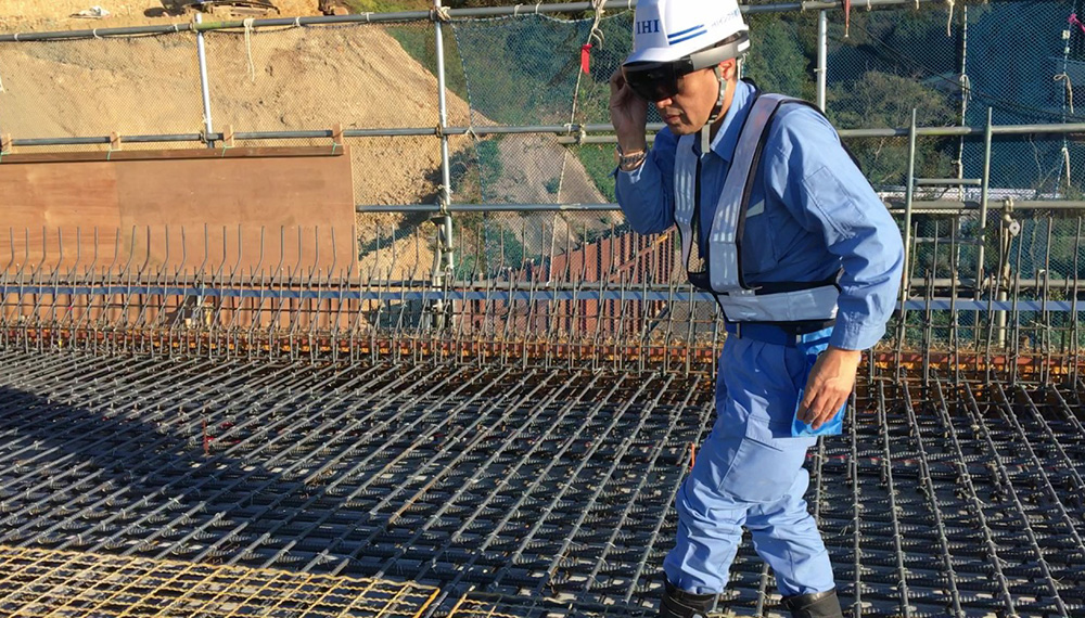 A supervisor inspecting the reinforcing bars using the AR device